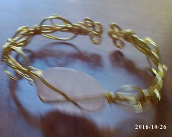 Rose quartz and gold plated wrire bracelet