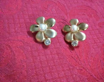 Vintage flower and pearl on gold tone clip on earrings