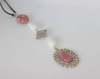 Vertical original old acrylic pink and white necklace with old cabochon rose.