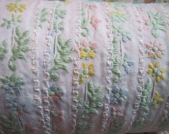 delicate cotton daisy trim with button holes 3 yards