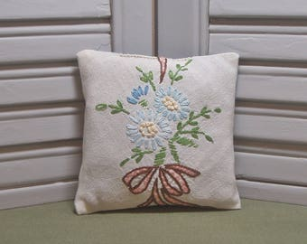 Lavender sachet, upcycled, vintage linen, bouquet, scented drawer sachet, embroidery, lavender pillow, filled with 100% dried lavender