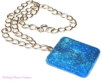 Bright blue necklace, resins and spangles, chiseled gold chain
