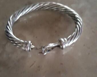 Hooked bold bracelet