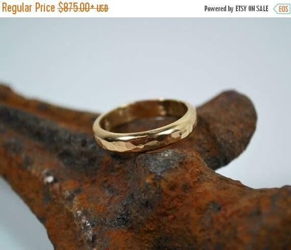 ON SALE 18K Gold Wedding Band - Hammered Handmade 18K Gold Wedding Band - Handmade Wedding Ring