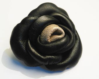 two-tone heart and black lamb leather flower brooch gold