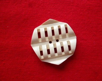 Vintage Button. An unusual Cream 1940s Celluloid Button.