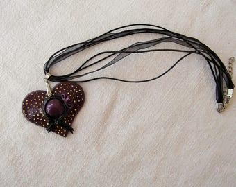 Superbe collier organza coton ciré avec chapeau coeur modelé main en porcelaine froide