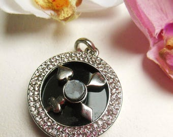 pretty Medallion in silver metal and rhinestones