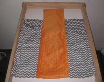 Matelas à langer pliable nomade en coton chevrons blanc et gris, et minky orange cadeau naissance bébé garçon