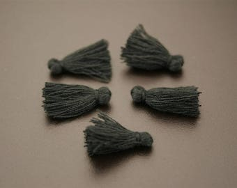 10 little black tassels. (ref:3107).