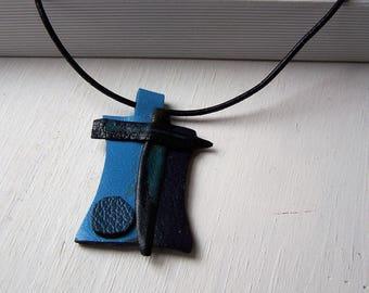 Pendentif CUIR  contemporain Bleu sur  Bleu    Bijou  Créateur CUIR   Artisan  France