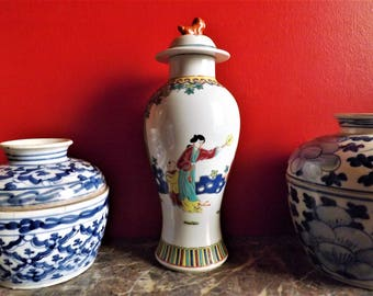 Chinese enamelled porcelain vase from Jiangzi Gingdezhen Brand Min Ci Hao Cai. 1950s