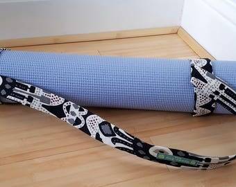 Roll and go! Monochrome yoga mat strap
