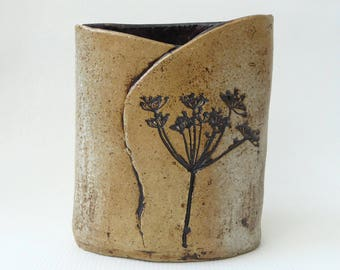 Hogbacka pottery vase, Sibbo Sipoo, Finland. Retro 70s cow parsley print oval vase, raw neutral earthy tones. Finnish Scandinavian handmade