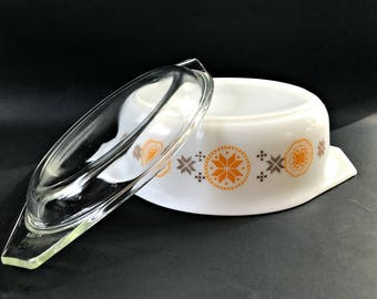 Vintage Pyrex Town and Country Oval Baker. 043 1 1/2 qt Covered Casserole in New Condition.