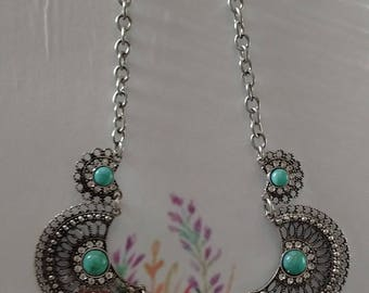 Southwestern Style Silver metal/Rhinestone/Turquoise Accents Necklace