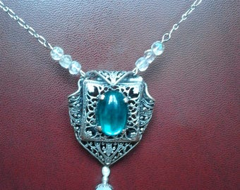 Beautiful vintage silver plated necklace engraved and perforated with an oval green stone in the Center and white pearls and transparent