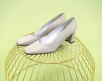 Gorgeous  pearly ivory vintage Stuart Weitzman pumps with a narrow fit