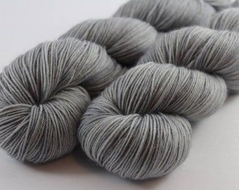 Skein hand - dyed fingering - 100% superwash Merino - 100 g / 400 m - mouse