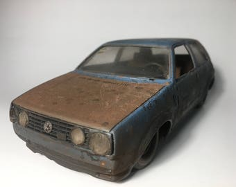 Collectible Wrecked Scale Model Car 1/24 Volkswagen Golf II