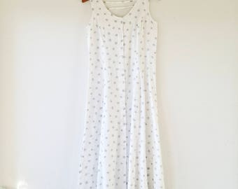 90s white and gray floral button down dress with detailed back. // Fits a size medium