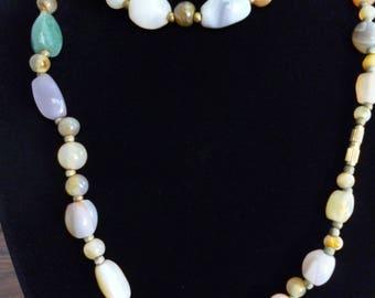 Magnifique collier d'Agathe multi couleur **Expédition gratuite au Canada**Free shipping to Canada**Cadeau idéal