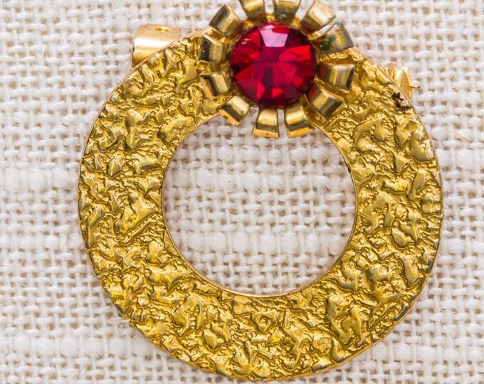 Red Rhinestone Flower Brooch Vintage Gold Hammered Mosaic Round Wreath Broach Vtg Pin 7JJ