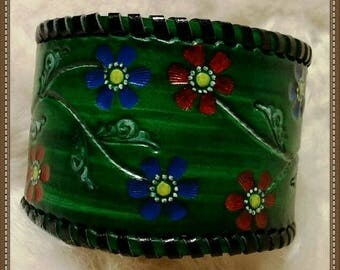 Bracelet green leather embossed floral pattern