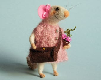 Needle felted Mouse with bag in pink dress. Mouse with flowers pot. Gift. Felting dreams. Dollhouse mouse Ornament. Dressed mouse. Felt mice