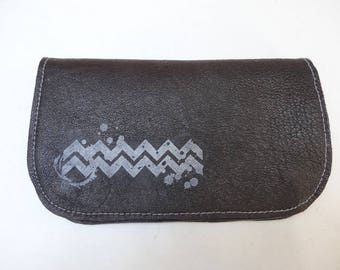 Tobacco pouch in black leather and waves pattern