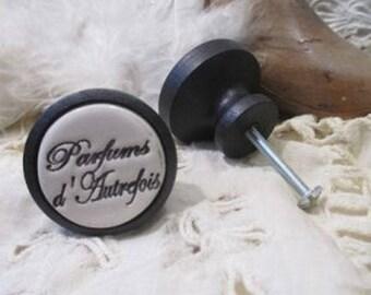 Un Bouton de meuble (porte ou de tiroir )en bois et céramique : Parfum d'autrefois