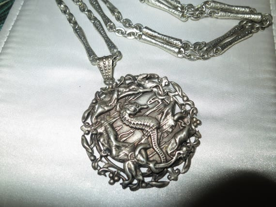 Lovely vintage  silvertone seahorse pendant necklace