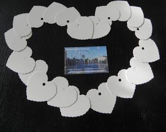 25 étiquettes coeurs cartonnées blanches qui mesurent 5.5 x 5.8 CM