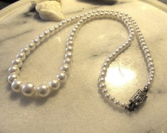 Faux pearl choker necklace vintage 50s costume jewelry.