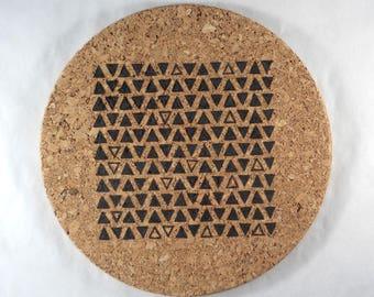 Dessous de plat liège rond pyrogravure motif géométrique petits triangles cuisine scandinave boheme minimaliste