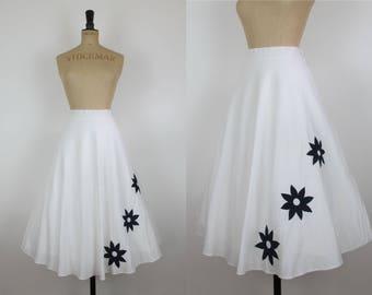 "70s Vintage Susan Small 50s Style White and Black Daisy Appliqué Cotton Full Pleated Circle Skirt Medium- 30"" waist"