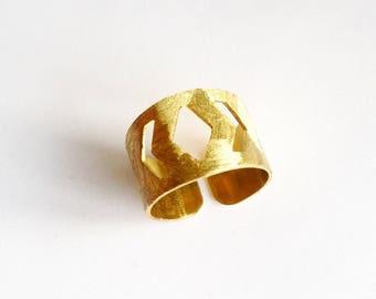 Geometric diamond textured brass ring