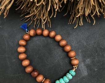 Beautiful handmade stretch bracelet made of sandalwood and edelsteentjes turquoise.