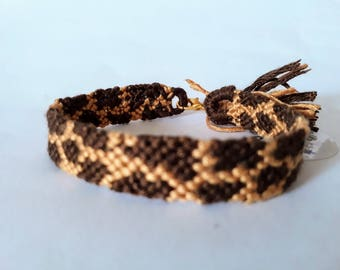 model: Sophie the giraffe (friendship bracelet 10 wires)