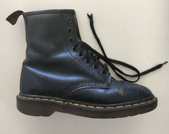 Vintage pre loved doc martins // navy blue // boots // 90s doc martin