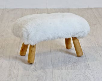Small stool white fur and natural wood