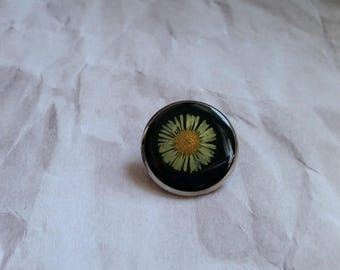 Round pine 2.5 cm silver coloured, resin and dried yellow Daisy flower