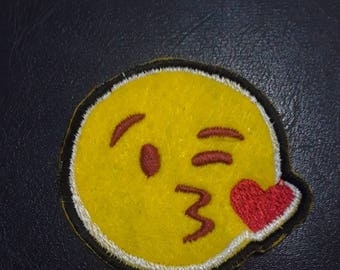 Kiss emotij iron on embroidery patch