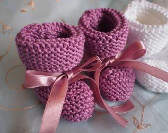Baby booties newborn in dark grey, white, dark pink and pale blue cashmerino wool