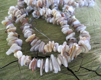 Chips of natural color pearl beads