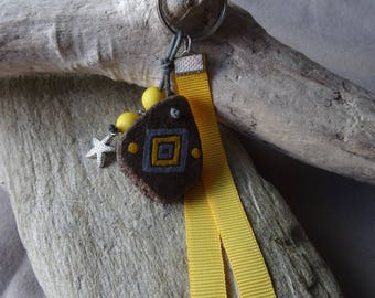 Door keys or bag charm in yellow and gray Driftwood with starfish