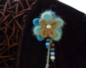 Flower brooch in blue wool and beads