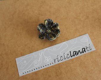 Flower-shaped brooch made with the technique of Irish crochet