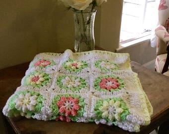 Daisy granny square blanket // vintage pattern // crib blanket