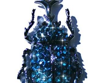 Sautoir scarabée métal gris antracite, strass bleu azur et bleu clair, chaine doré.